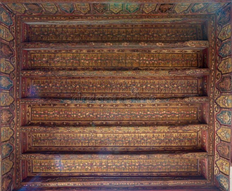 A era do otomano decorou o teto de madeira com as decorações florais douradas do teste padrão na casa histórica da arquitetura eg fotografia de stock royalty free