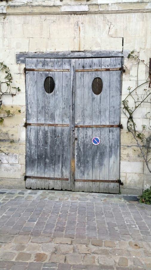 A era pesada desvaneceu-se portas de madeira da garagem fotos de stock royalty free