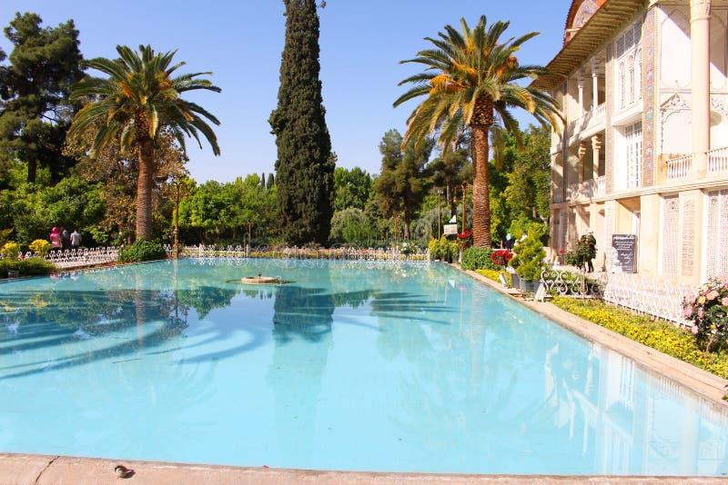Eram庭院一个历史的波斯庭院,装饰水池,设拉子,伊朗 免版税图库摄影