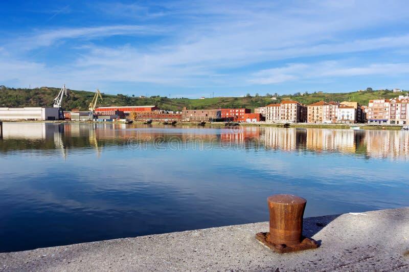 Erandio hus med den Nervion floden, pollaren och kranar fotografering för bildbyråer