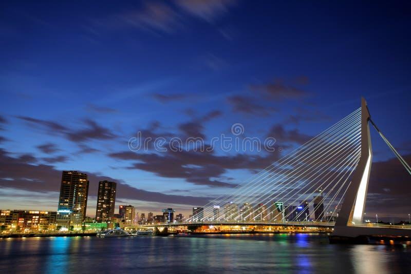 ERASMUS-Brücke, Rotterdam nachts lizenzfreies stockbild