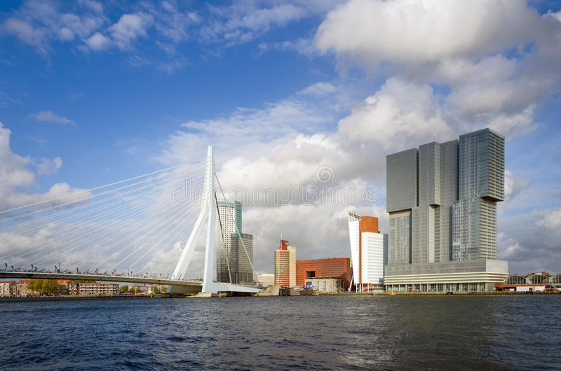 Download Erasmus Bridge Con Il Grattacielo A Rotterdam Fotografia Stock Editoriale - Immagine di erasmus, architettura: 56882408