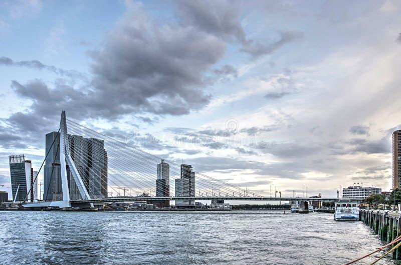 Erasmus brug onder een kleurrijke hemel stock afbeeldingen