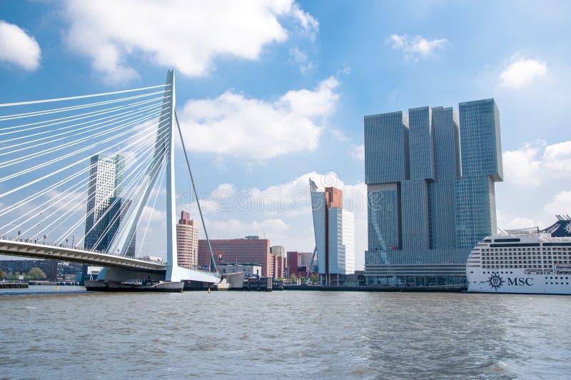 Erasmus brug in Rotterdam, Nederland, en bedrijfsgebouwen op de achtergrond royalty-vrije stock foto