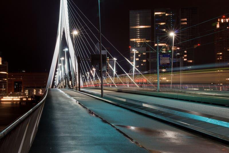 Erasmusbridge di notte immagini stock