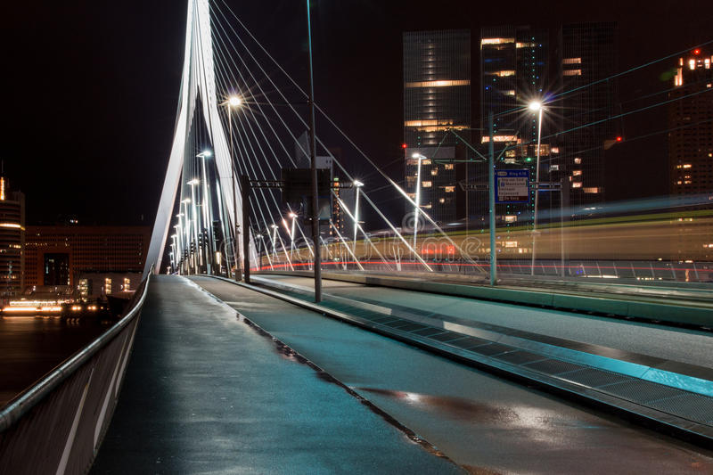 Erasmusbridge vid natt arkivbilder