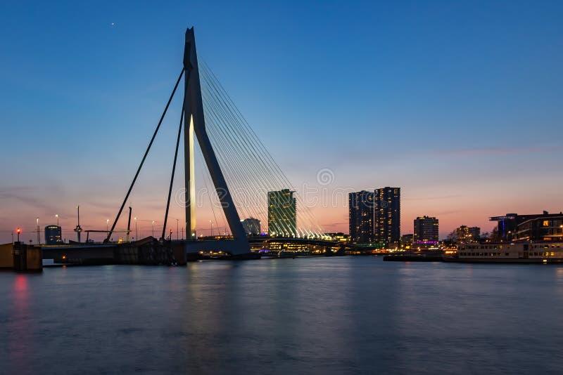 Erasmusbrug após o por do sol de Wilhelminakade, Rotterdam 2 fotos de stock