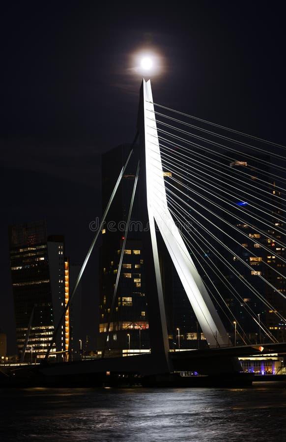 Erasmusbrug con la Luna Llena Rotterdam foto de archivo