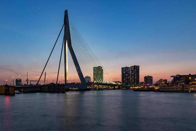 Erasmusbrug na zonsondergang van Wilhelminakade, Rotterdam 2 stock foto's