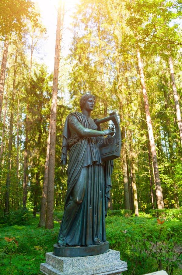 Erato雕塑-爱抒情诗歌冥想,与一个里拉琴在她的手上 Pavlovsk的,俄罗斯老西尔维娅公园 库存图片