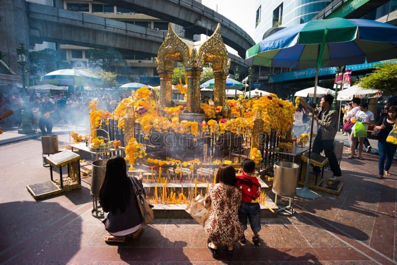 Erawan寺庙的崇拜者 免版税库存图片