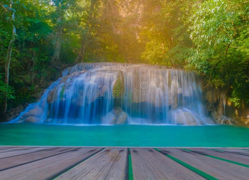 Erawan vattenfall, den härliga rainforesten, berömda turist- dragningar av Kanchanaburi, Thailand arkivbild