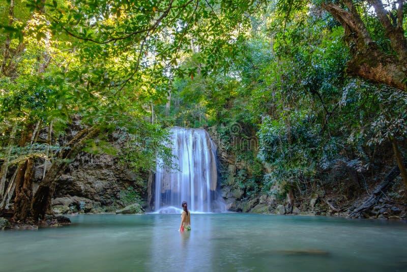 Erawan vattenfall med härligt i nationalpark arkivbild