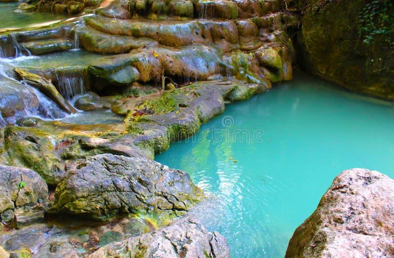 Erawan-Wasserfälle während Februars stockfoto