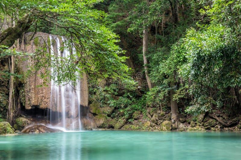 Erawanwaterval in diep bos bij het Nationale Park van Erawan, Kanchanaburi, Thailand royalty-vrije stock foto's