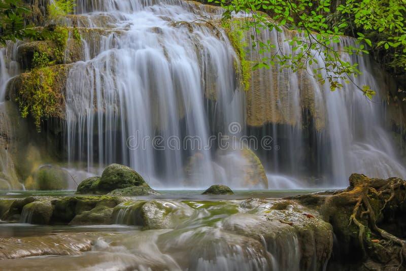 Erawanwaterval in diep bos bij Kanchanaburi-Provincie, Thailand stock foto