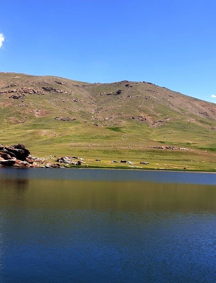 Erba, acqua e plateau immagine stock