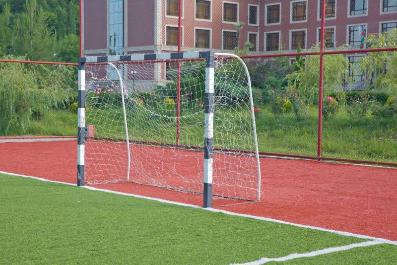 Erba artificiale di Mini Football Goal On An Scopo di calcio su un prato inglese verde fotografia stock libera da diritti