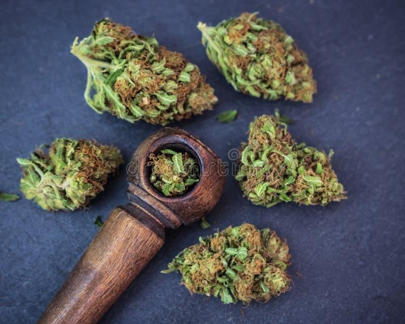 Erba della marijuana & vista di legno del tubo da sopra fotografia stock libera da diritti