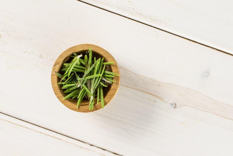 Erba fresca dei rosmarini su legno grigio fotografie stock libere da diritti