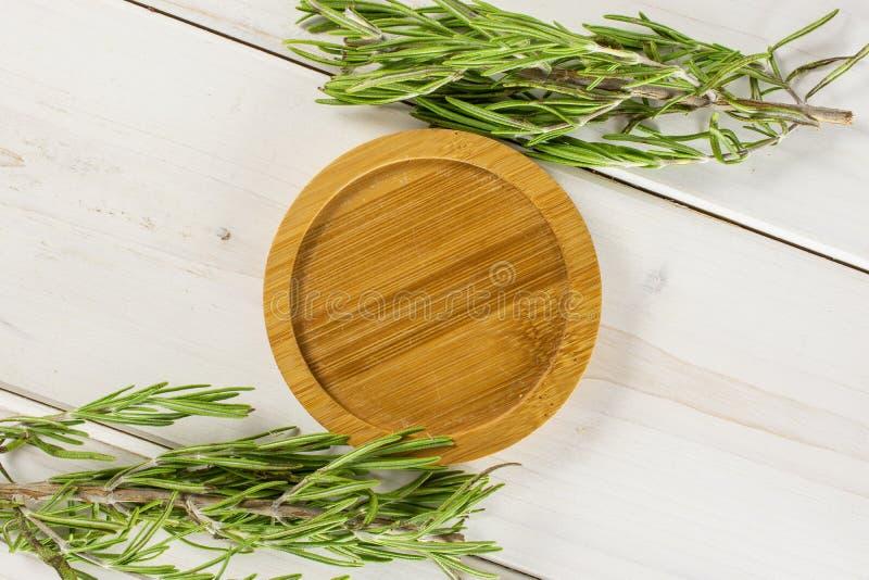 Erba fresca dei rosmarini su legno grigio fotografie stock
