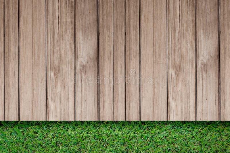 Erba verde con la vista superiore del vecchio pavimento all'aperto di legno rustico della plancia immagine stock