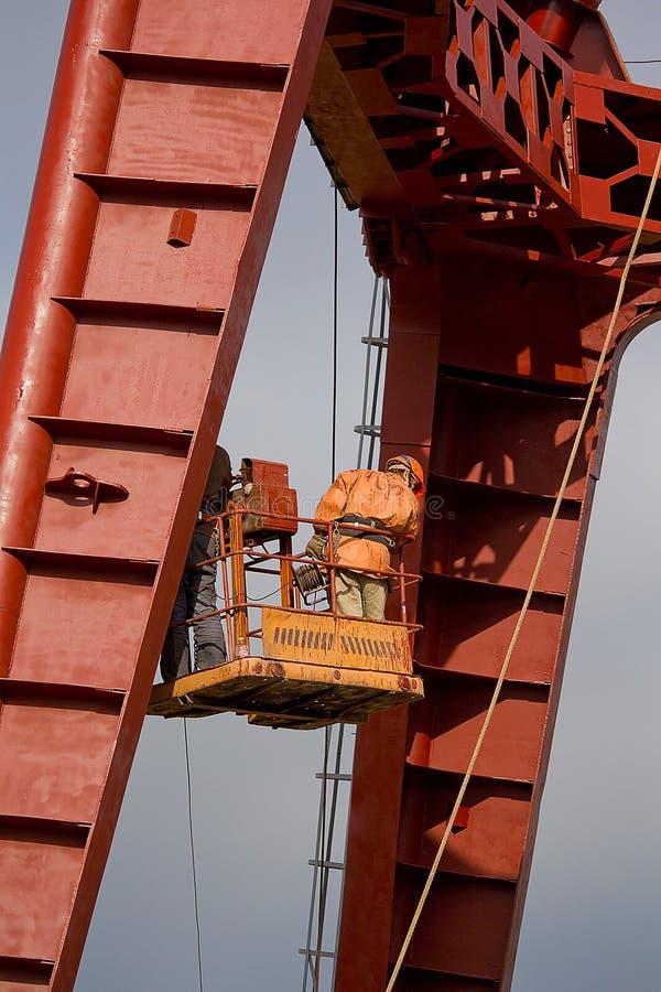 Erbauer arbeiten an der großen Höhe stockbild