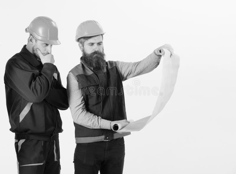 Erbauer an der Baustelle Ingenieure, die an Projekt arbeiten Bauingenieur und älterer Vorarbeiter stockfoto