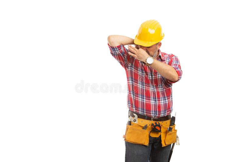 Erbauer, der verschwitzte Achselhöhle riecht stockfoto
