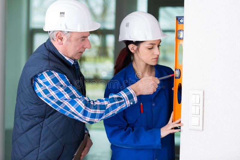 Erbauer und Berufserbauer mit Geistniveau am Standort stockfotos