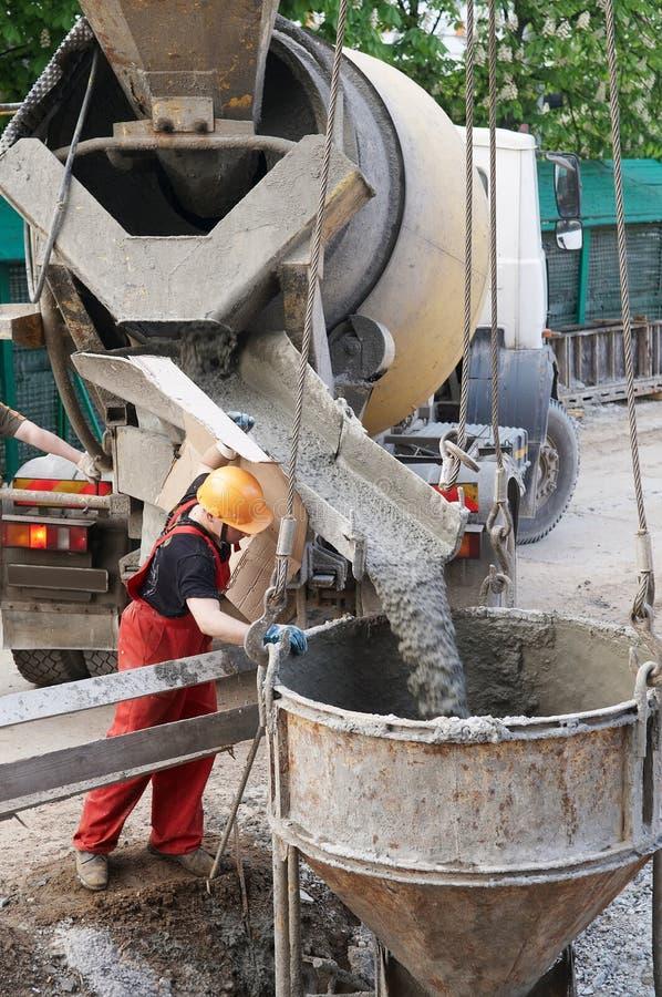 Erbauerarbeitskraft bei den konkreten Arbeiten stockfotos