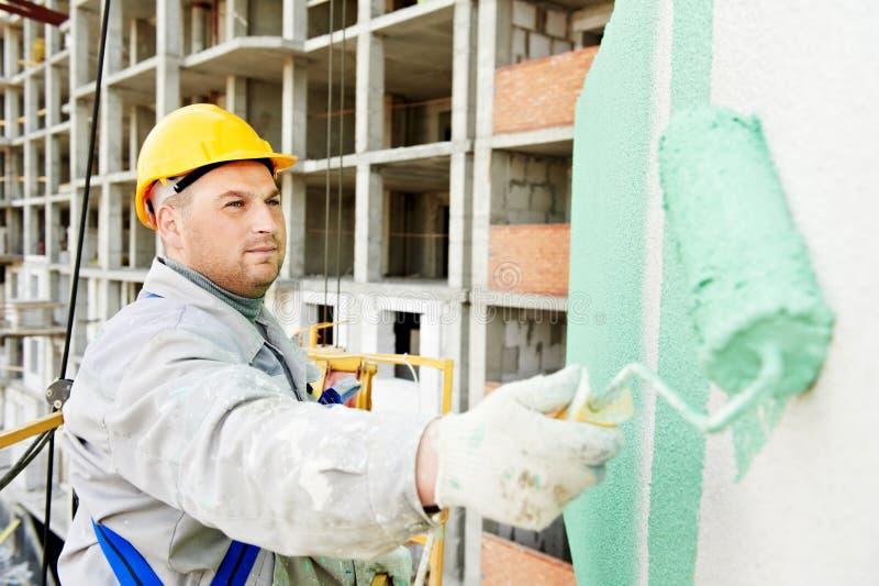 Erbauerfassademaler bei der Arbeit stockfoto