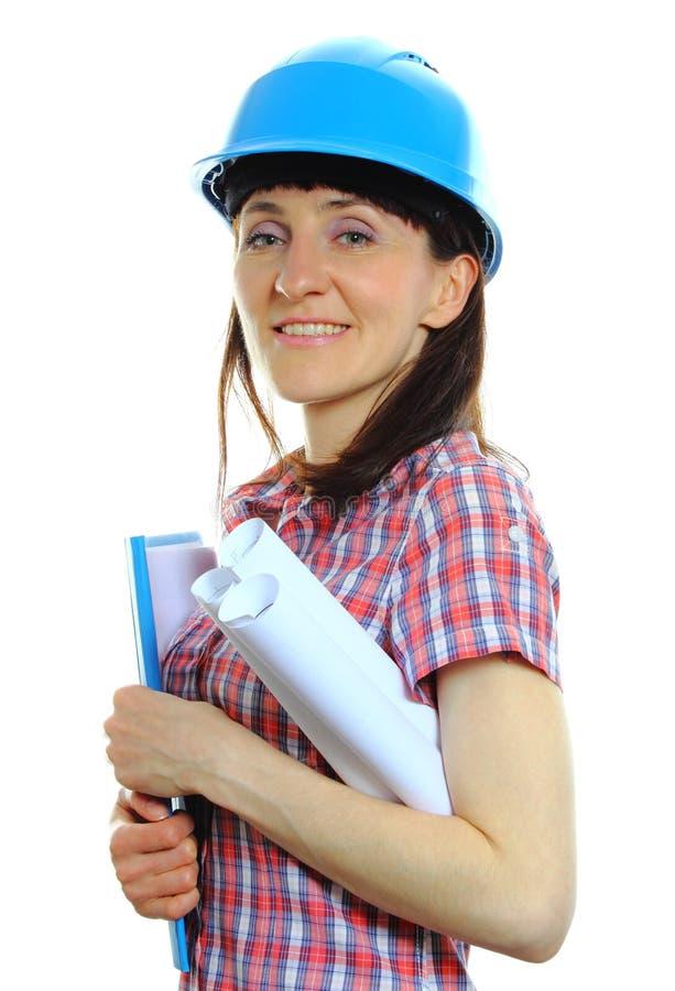 Erbauerfrau im Schutzhelm mit Dokumenten stockfotografie