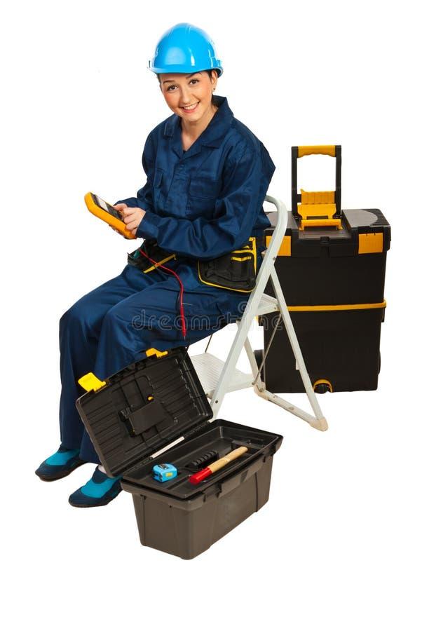Erbauerfrau mit Spannungsprüfvorrichtung lizenzfreies stockfoto