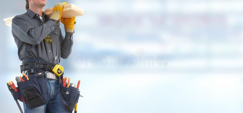 Erbauerheimwerker mit hölzernen Planken lizenzfreies stockbild