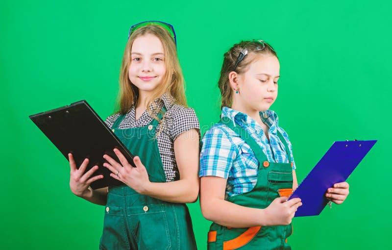 Erbaueringenieurarchitekt Kinderarbeitskraft mit Planordner Sicherheitsexperte Zuk?nftiger Beruf Vorarbeiterinspektor reparatur lizenzfreie stockbilder