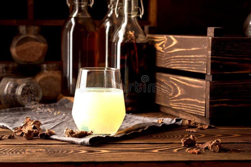 Erbe del propoli dell'alcool di tintura del chiaro di luna di liquore fotografia stock