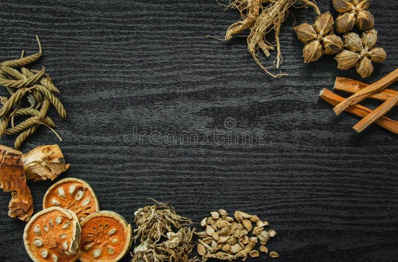Erbe e ginseng secco, vista superiore delle erbe tailandesi e ginseng sul pavimento di legno immagine stock