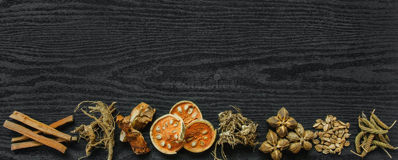 Erbe e ginseng secco, vista superiore delle erbe tailandesi e ginseng sul pavimento di legno fotografia stock