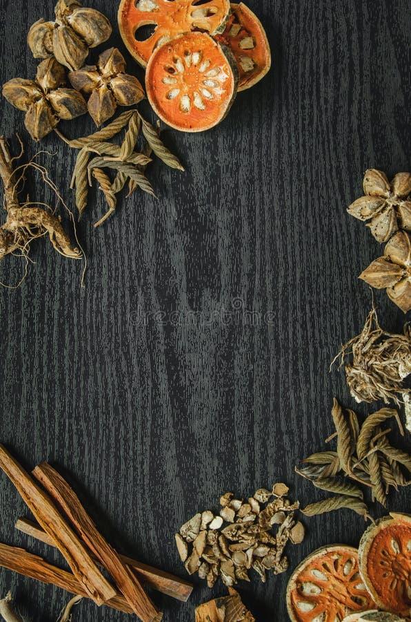 Erbe e ginseng secco, vista superiore delle erbe tailandesi e ginseng sul pavimento di legno fotografie stock libere da diritti
