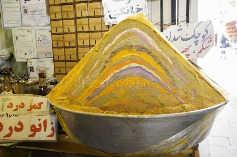 Erbe e spezia iraniane dell'arcobaleno da vendere nel bazar di Esfahan, Iran fotografia stock libera da diritti