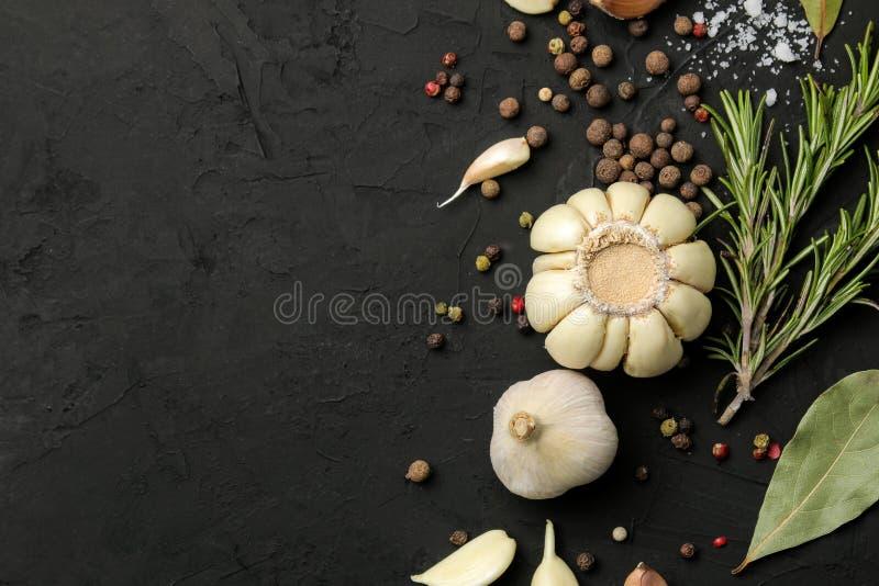 Erbe e spezie vari condimenti, erbe e spezie su un fondo del nero della grafite Vista superiore Posto per testo Spazio libero immagini stock libere da diritti