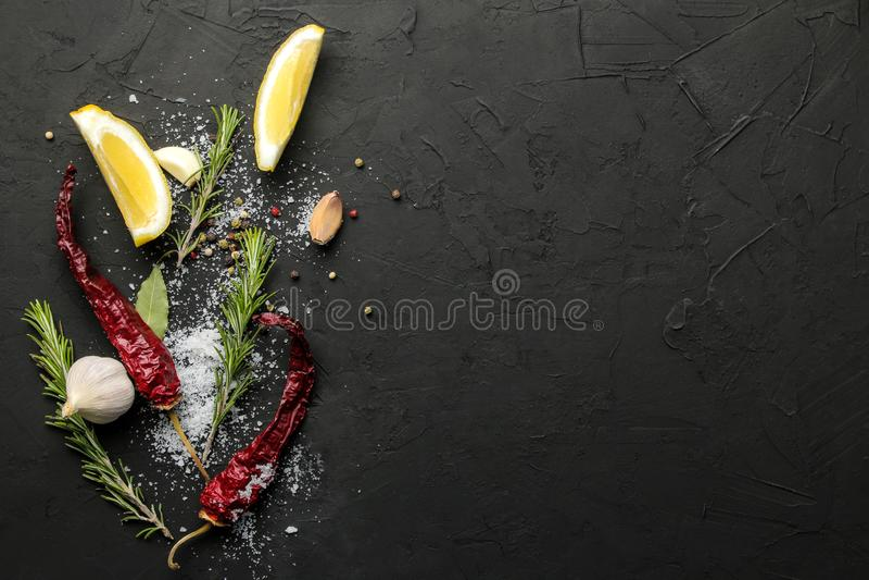 Erbe e spezie vari condimenti, erbe e spezie su un fondo del nero della grafite Vista superiore Posto per testo Spazio libero fotografia stock libera da diritti