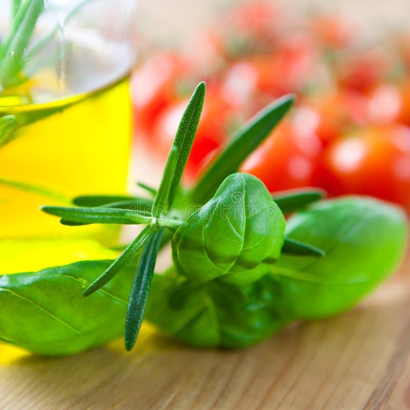Erbe ed olio di oliva freschi immagini stock
