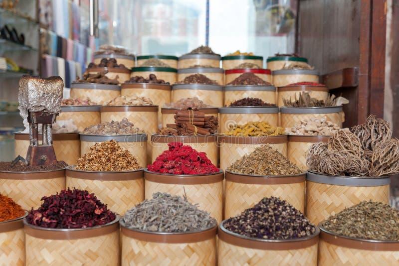 Erbe, fiori e spezie secchi al souq della spezia a Deira nel Dubai, UAE fotografia stock