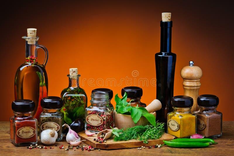 Erbe, spezie e olio d'oliva fotografie stock libere da diritti