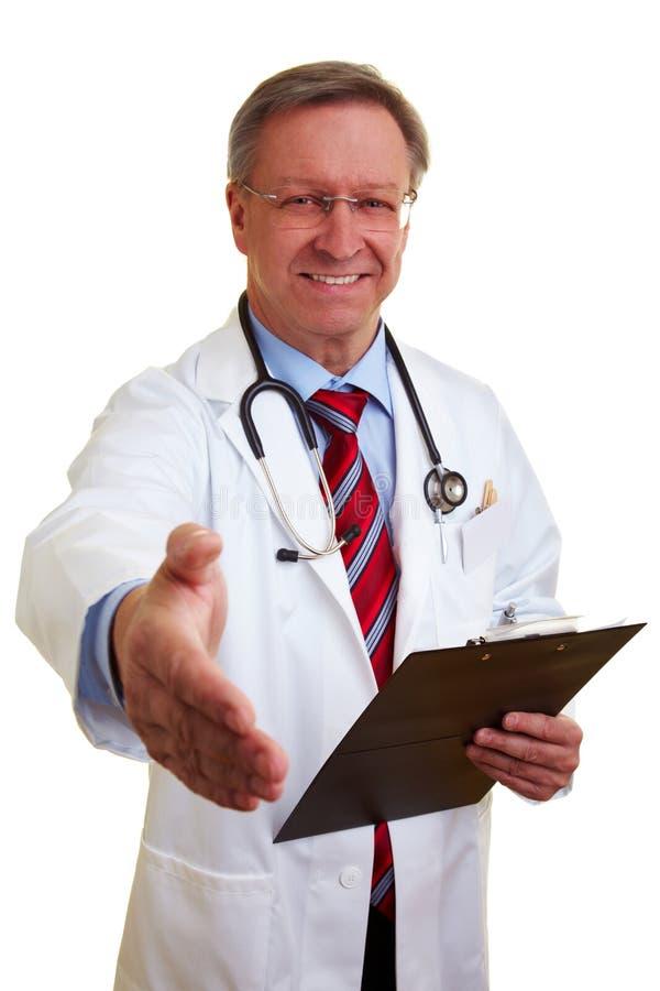 erbjuda för doktorshandskakning royaltyfri fotografi