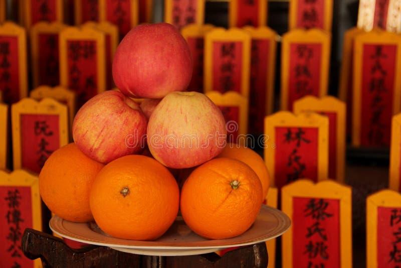 Erbjuda för frukt royaltyfri bild