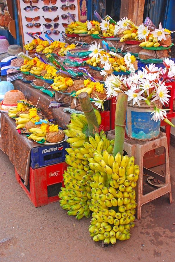 Erbjudande bestå av bananen, kokosnöten, blomman och rökelse för hinduisk dyrkan arkivfoton