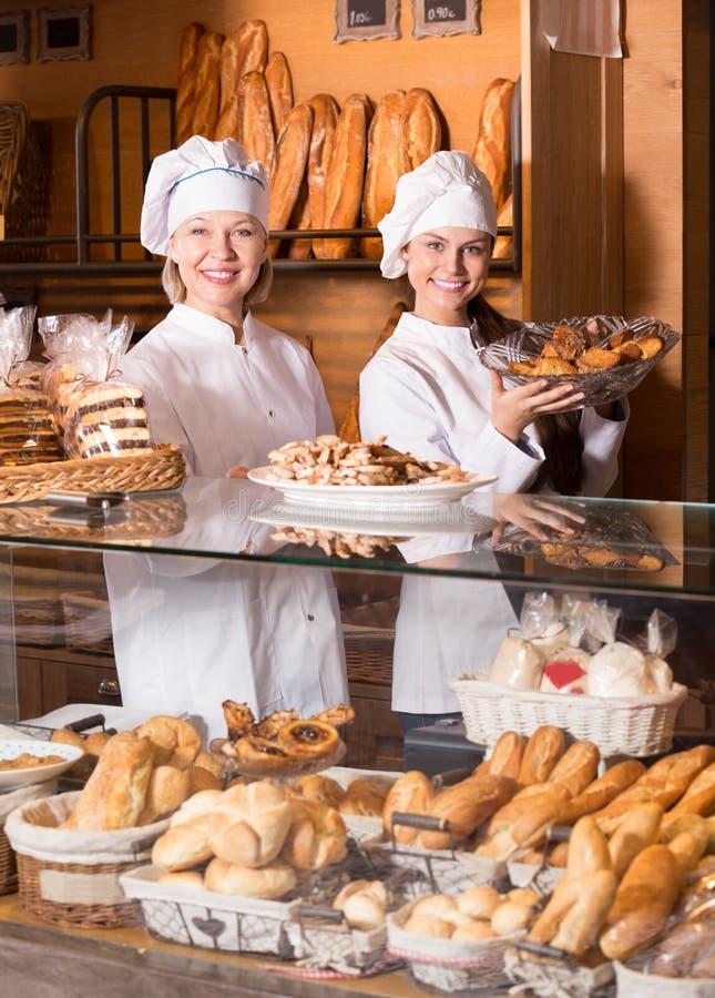 Erbjudande bröd för bageripersonal arkivbild